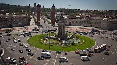 En gigantisk rondell med ett knippe trafikljus