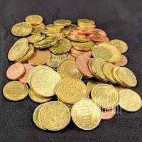 Münzgeld auf schwarzem Hintergrund