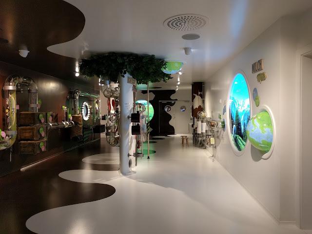 Зал с пластиковыми экспонатами