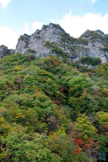 見晴台より「紅葉に映える妙義山」