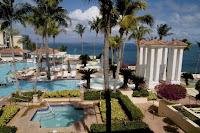 "Setengah jam penerbangan ke Vieques dan Culebra akan bernilai waktu Anda. Dengan beberapa orang banyak menenun melalui dan garis pantai lebih murni untuk menikmati, orang Spanyol Kepulauan Virgin menambahkan sentuhan yang tepat suasana tenang dan kecepatan yang santai setiap liburan Karibia perlu. Sedangkan sisanya dari Puerto Rico liar dengan ""la vida loca,"" Anda akan dapat untuk hanya hidup di saat ini di retret ini indah tetangga pulau populer St Thomas."