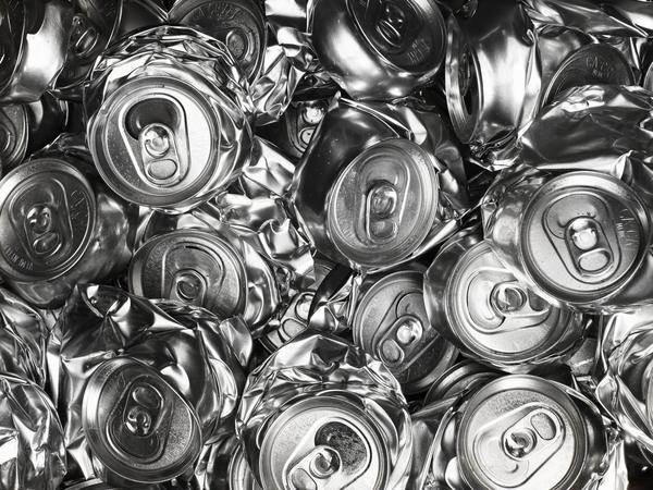 """""""Dobd be magad"""" néven új környezetvédelmi program indult az alumínium dobozok szelektív gyűjtésének népszerűsítésére. Magyarországon évente mintegy 450 millió darab üdítős, sörös és energiaitalos doboz végzi a vegyes hulladékban, holott ez az értékes nyersanyag teljes egészében visszaváltható és újrahasznosítható lenne. A www.dobdbemagad.com honlapon elérhető Aluakadémia játékos formában igyekszik bővíteni a fiatal felnőttek környezetvédelmi ismereteit. A zöld programhoz nagykövetként több ismert hazai személyiség, például Janicsák Veca énekesnő is csatlakozott."""