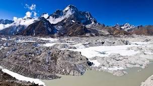 العلماء يحاولون كشف سر ذوبان نهر نجوزمبا الجليدي في نيبال من فوق سادس أعلى جبل في العالم