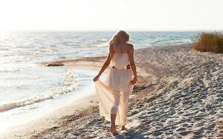 Γυναίκα-περπατάει-στην-παραλία