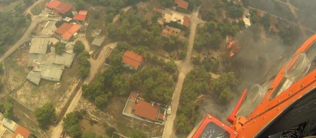 Συγκλονίζουν τα πλάνα από ελικόπτερο που επιχειρούσε στην πυρκαγιά της Κινέτας (βίντεο)