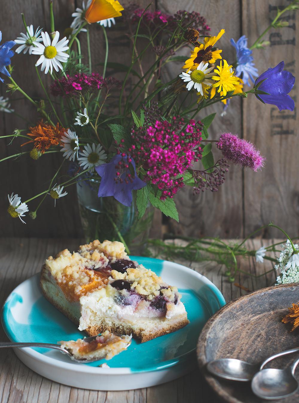 Almhefekuchen mit Kirschen, Marillen, Schmandcreme und Streuseln