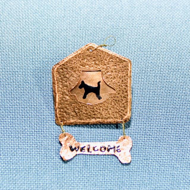 銅製の小さなウェルカムボード 犬の絵とWELCOME文字を七宝焼き