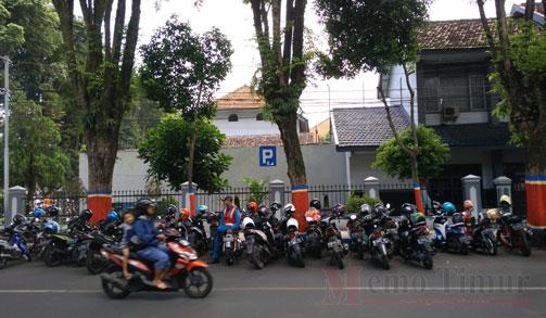 Bahu jalan di seputaran Alun-Alun yang digunakan untuk lahan parkir