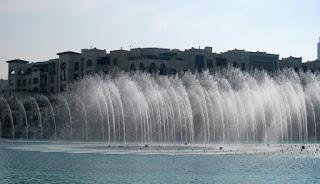 La Fuente de Dubai, junto al Burj Khalifa