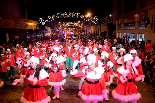 Parada de Natal atrai cerca de 10 mil pessoas no primeiro desfile em Registro-SP
