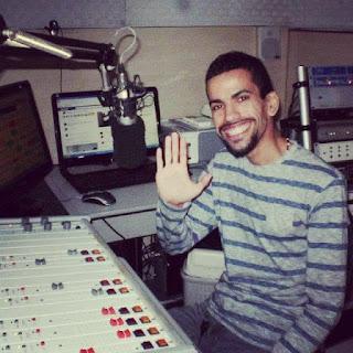 Locutor Thiago Max comanda as tardes da Rádio Mundial FM 105.9 em Alagoinhas