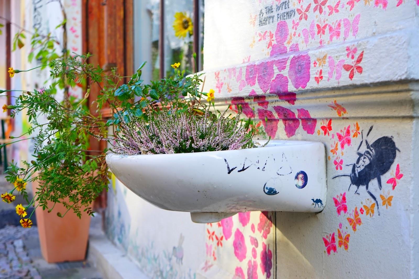 Le Chameau Bleu - Lavabo street art