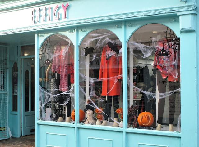 ikkunasomiste, punainen villakangastakki, lepakkokoriste, hämähäkkikoriste, kurpitsa