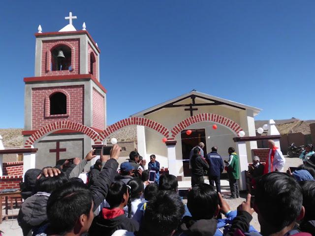 Etwa 120 Gläubige zur Einweihung der neuen Kapelle in Relave