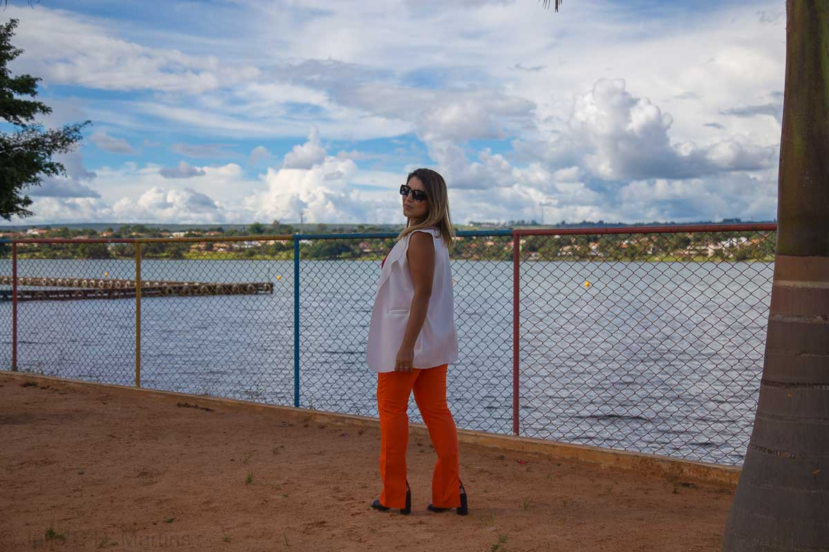 Look do dia: Calça laranja e colete branco