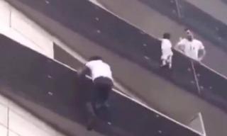 Ήρωας παρέδωσε μαθήματα αυτοθυσίας και σκαρφάλωσε τέσσερις ορόφους για να σώσει παιδί
