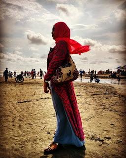 sedang menjalani, merasai dan merenungi hidup di pantai