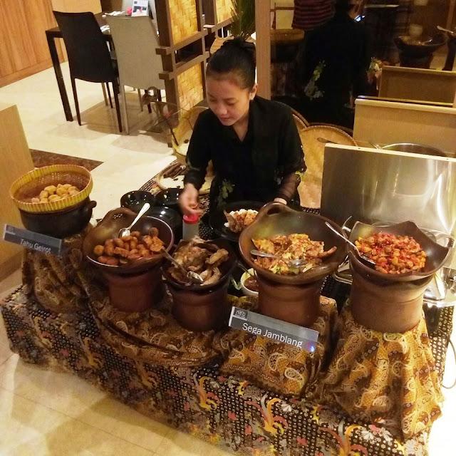 Sarapan Sego Jamblang di Neo Hotel di Cirebon