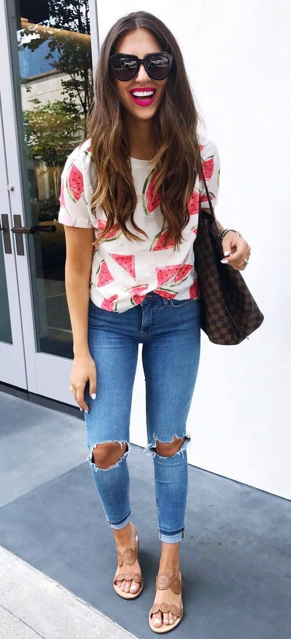 trendy summer outfit: t-shirt + ripped jeans