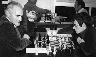 Isidre Capdevila jugando ajedrez en 1979