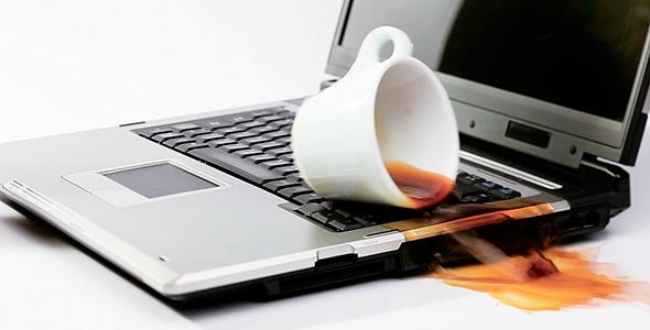 derramar líquido sobre la laptop