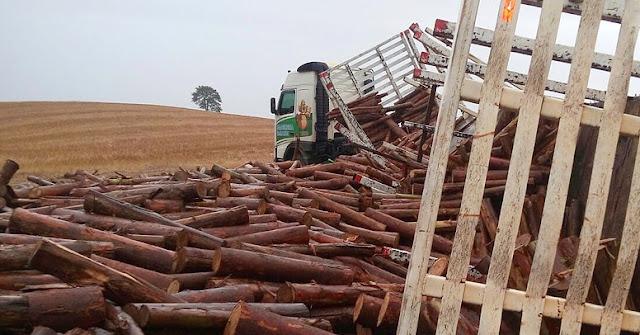 Manoel Ribas: Acidente envolvendo carreta carregada de toras na PR-466