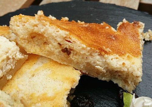 Un pastel de queso hecho con pasas
