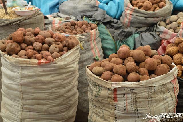 Patates andines sur un marché au Pérou