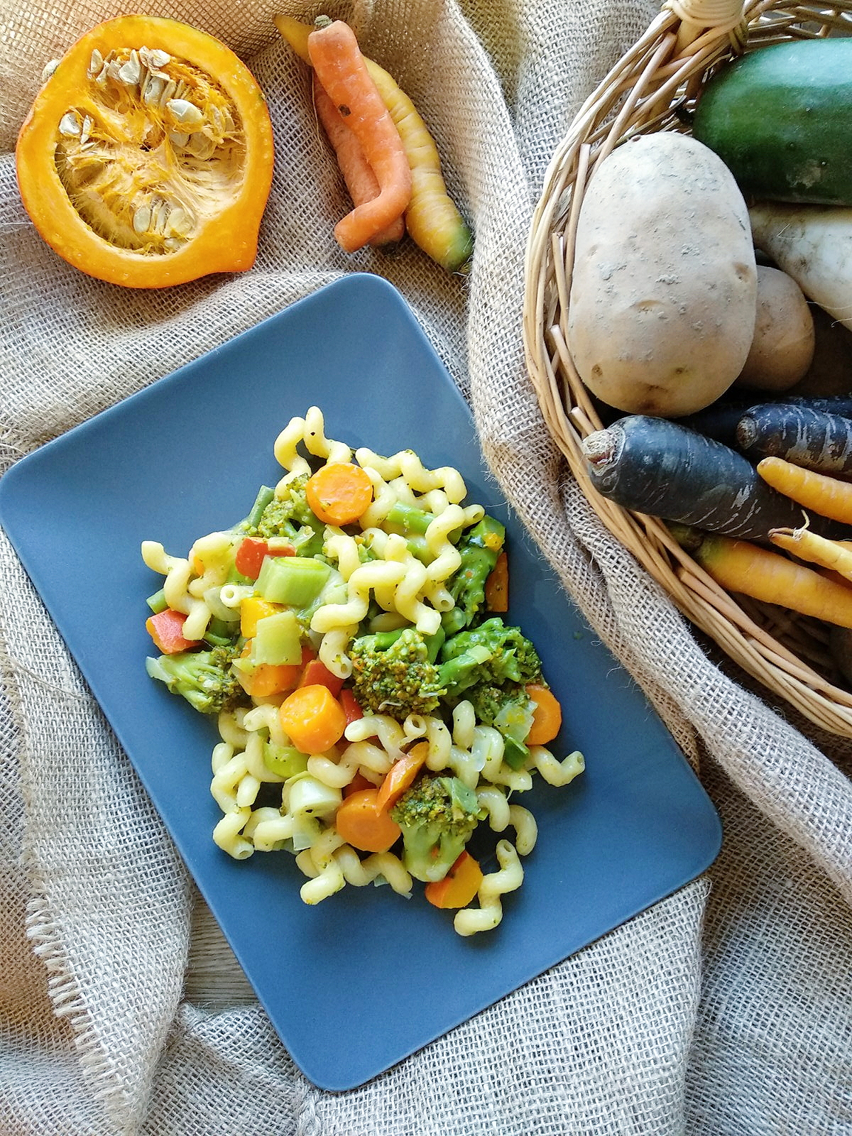 Zubereitet #inunter20 Minuten | Herbstliche One Pot Pasta mit Kürbis, Karotten, Brokkoli, Bohnen und Lauch | judetta.de | etepetete