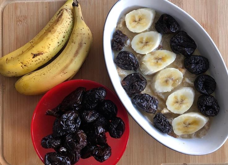Pudin de plátano con ciruelas