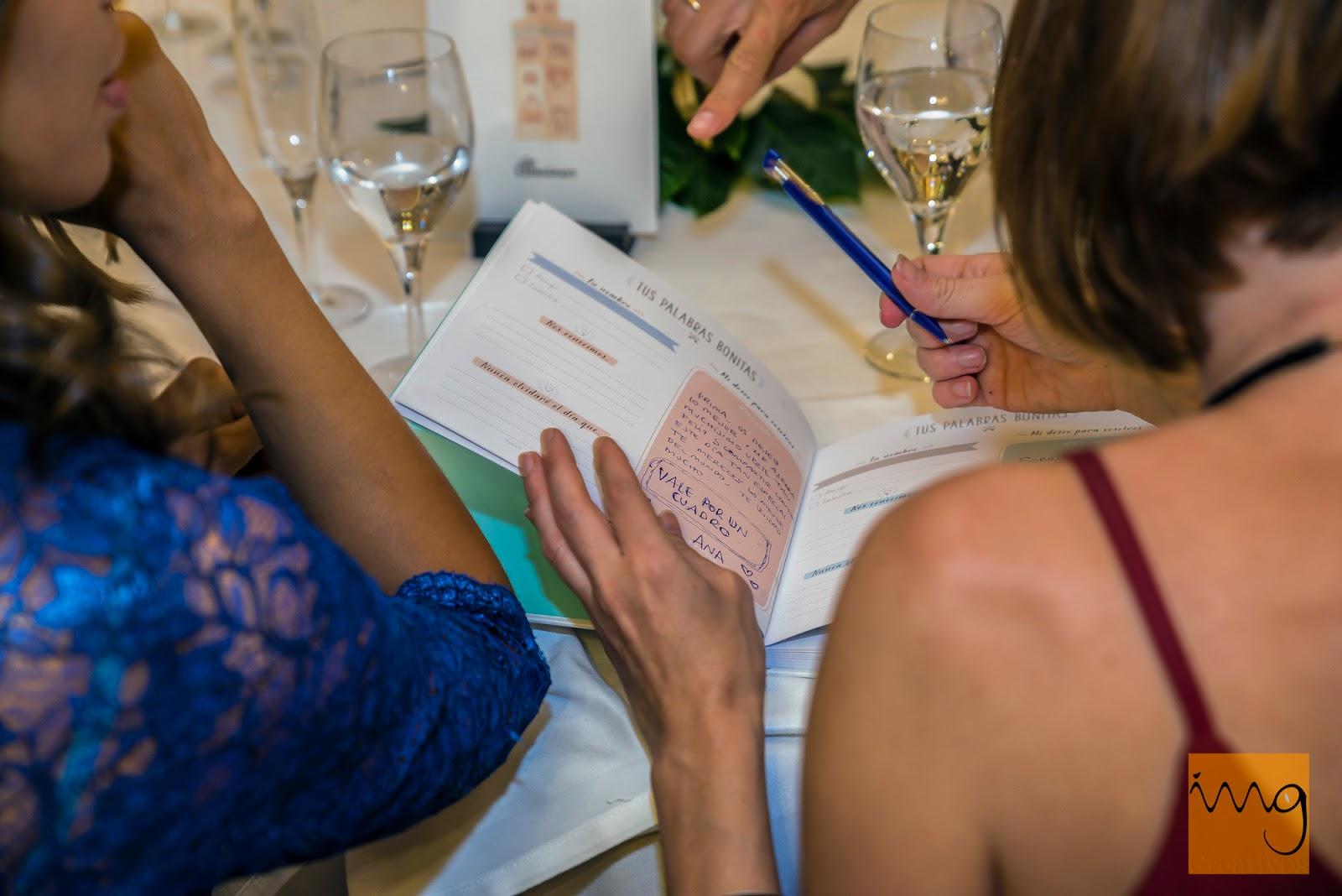 Fotografía de boda con el libro de firmas
