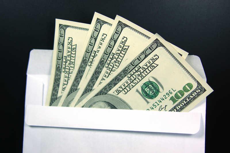В кармане пальто сотрудники магазина секонд-хенда обнаружили 17 тыс. долларов