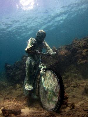 Esculturas y arte  con una bicicleta en el fondo del mar