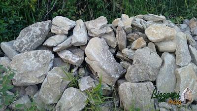 Pedra para calçada de pedra, tipo pedra moledo, com espessura de 10 cm a 20 cm.