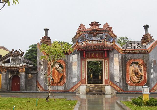 Tam quan chùa Bà Mụ có không gian thoáng đãng, hồ nước trong, hệ thống bồn hoa, cây xanh, thảm cỏ, đường đi dạo, có đầy đủ đèn chiếu sáng và nhà vệ sinh công cộng đảm bảo để phục vụ du khách tham quan.