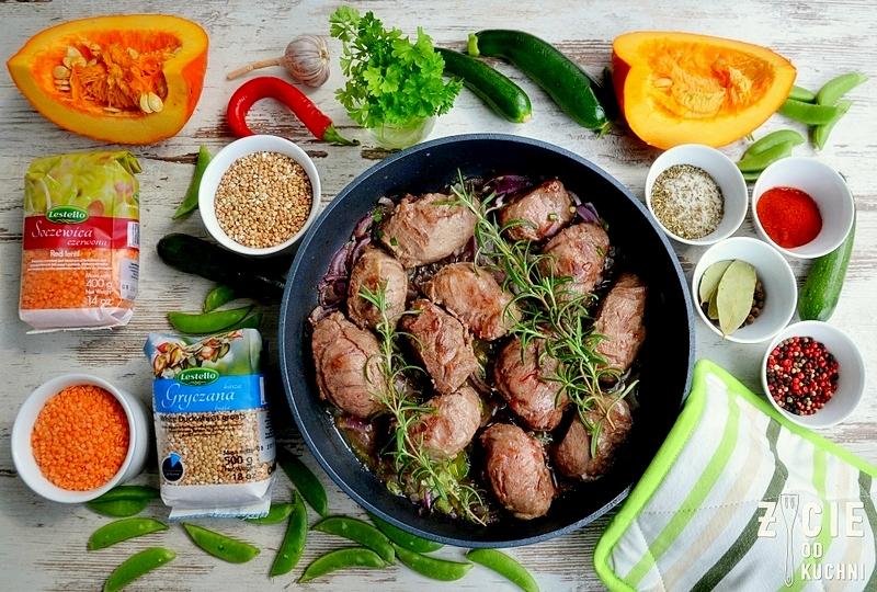lestello, soczewica czerwona, kasza gryczana biała, policzki wieprzowe, co na obiad, danie z wieprzowiny, jesienny obiad, danie z dynią, zycie od kuchni, groszek cukrowy, rozmaryn, mini cukinie