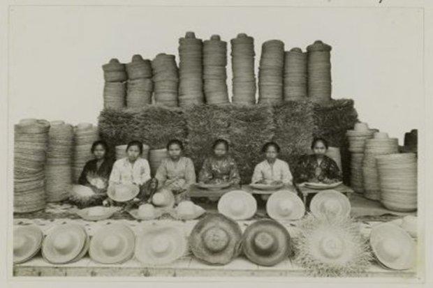 Para perempuan perajin topi anyaman bambu di Tangerang tempo dulu.Foto/Istimewa/KITLV
