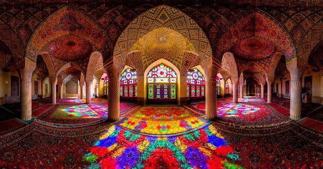 सूरज की पहली किरण के साथ ही अंदर बन जाता है जन्नत जैसा नज़ारा - गुलाबी मस्जिद, ईरान