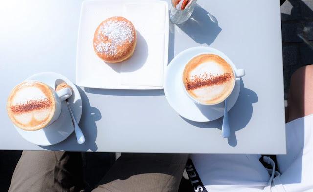 Theo lệ thường, Cappuccino được phục vụ trong tách làm bằng đá hay sứ, có thành dày và được hâm nóng trước. Ở Italy, người ta gần như chỉ uống loại cà phê này vào bữa sáng.