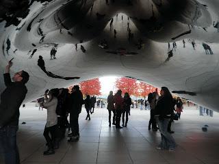 i riflessi della gente sotto al Cloud Gate di Millennium Park