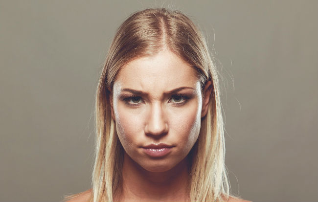 Donna con la faccia arrabbiata