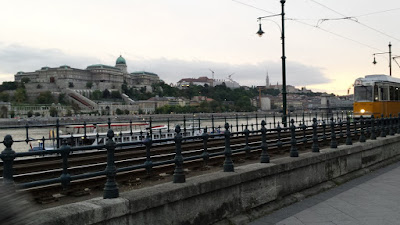 vista-tranvia-palacio-real-o-castillo-de-buda-al-fondo-budapest