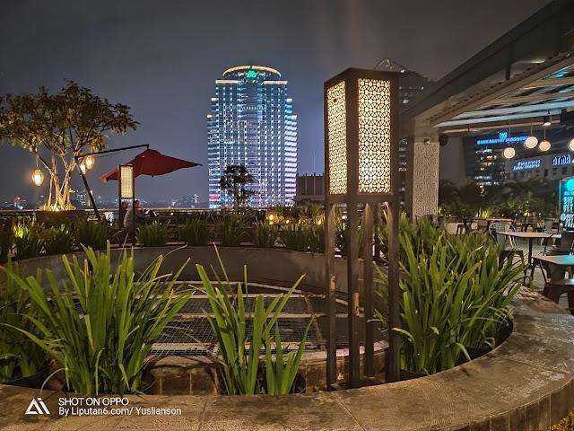 Memotret cahaya lampu dari gedung pencakar langit diwaktu malam dengan smartphone OPPO R17 PRO begitu cling!