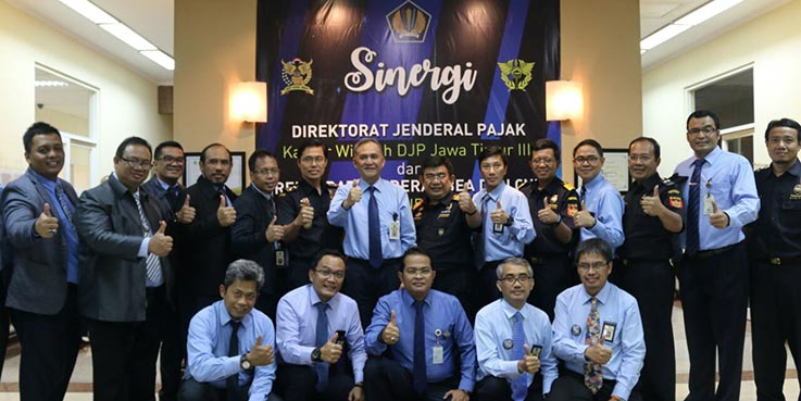 Konferensi pers yang digelar Kantor Wilayah Ditjen Pajak Jawa Timur III dan Kantor Wilayah Bea Cukai Jawa Timur II.