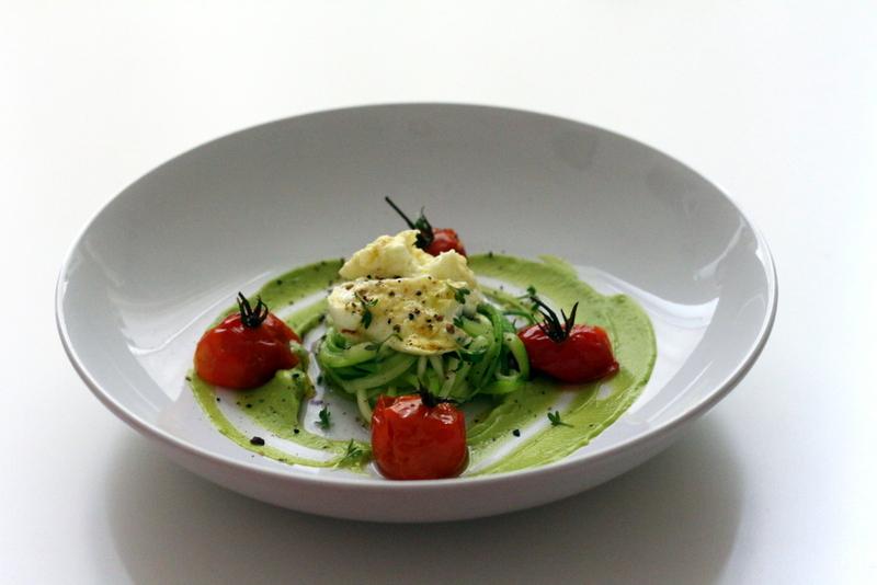 Marinierter Büffelmozzarella, Avocadocreme, Zucchinispaghetti, confierte Tomaten | Arthurs Tochter Kocht by Astrid Paul