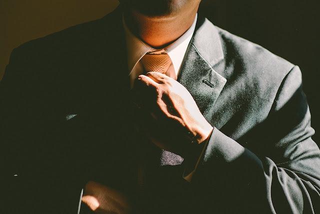 Hombre de traje y corbata