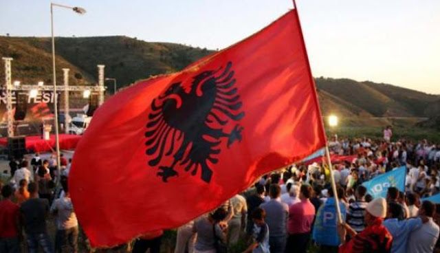 """Υπάλληλοι του αλβανικού ΥΠΕΞ με χάρτες """"μεγάλης Αλβανίας"""" και αλλυτρωτικά φυλλάδια"""