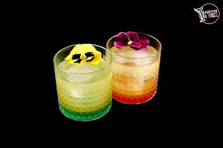 cocteles con whisky el trebol barman in red