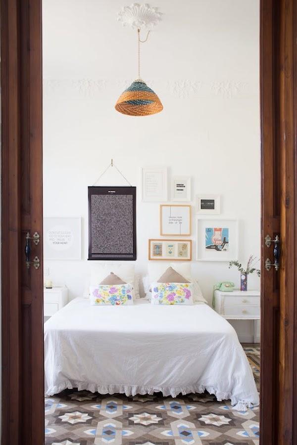 dormitorio de estilo nuevo rústico con puertas correderas