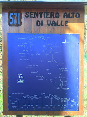 Signage for 517, Sentiero Alto di Valle with elevations.